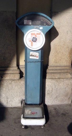 Dans Futurama, il y a des Suicide booths. A Turin, il y a des pèse-personnes sur la voie publique...