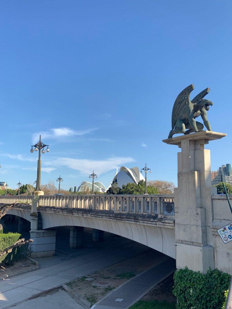 Pont avec vue sur la Cité des Arts et des Sciences