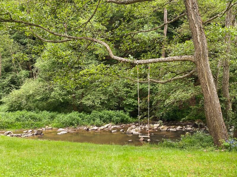 Balançoire en bord de rivière