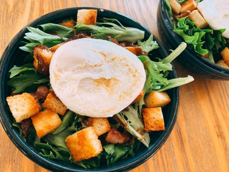 Oeuf poché dans salade lyonnaise